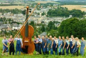 15 скрипичных мастеров трудились над созданием самой большой скрипки пол-года