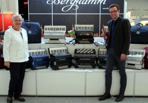 Госпожа Ursula и и господин Rene Herold на музыкальной ярмарке во Франкфурте на Майне 2017 у стенда своих аккордеонов
