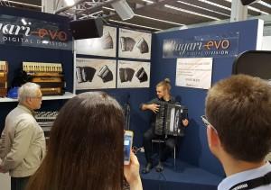 Маттиас Матцке на музыкальной ярмарке во Франкфурте на Майне 2017 представляет новый цифровой аккордеон Bugari-evo